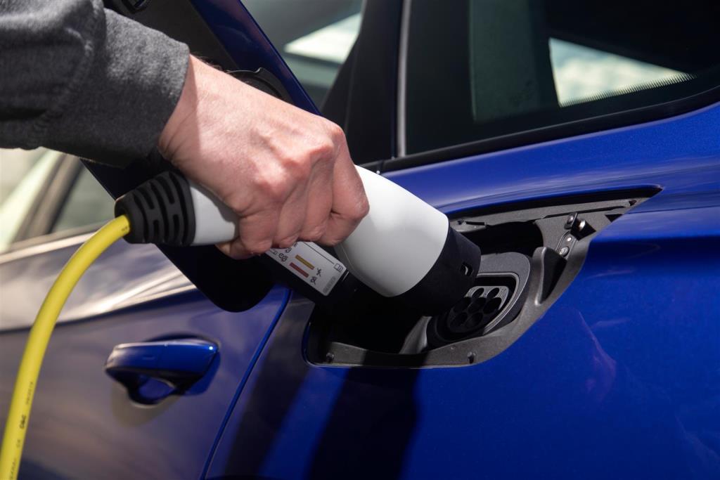 volkswagen_touareg_r_hybrid_electric_motor_news_21