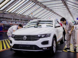 Collaboratori FAW-Volkswagen all'impianto di Foshan