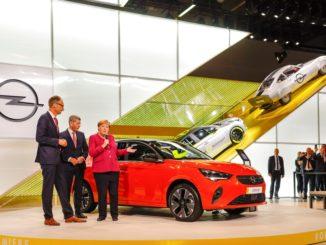 Angela Merkel allo stand Opel