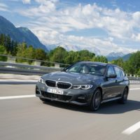 P90395658_highRes_the-bmw-330e-touring
