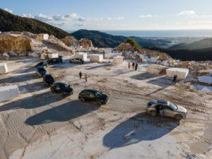 DS 7 Crossback E-Tense 4x4 conquista la vetta delle cave di Carrara