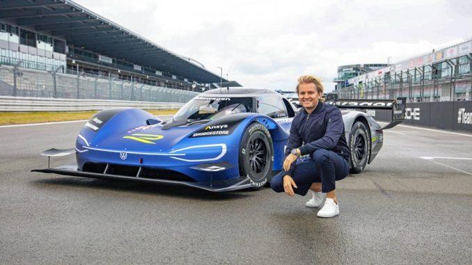 Nico Rosberg prova l'auto sportiva elettrica Volkswagen ID.R