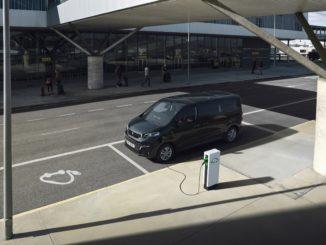 Ordinabile Nuovo Peugeot e-Traveller con batteria da 75kWh e lunghezza Compact