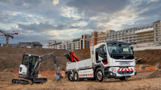 Il Gruppo Volvo consegna il camion elettrico Volvo FE e l'escavatore compatto Volvo ECR25