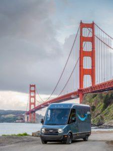 Furgoni elettrici Rivian consegnano in servizio Amazon a San Francisco