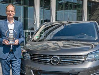 """Il CEO Opel Michael Lohscheller, ritira il premio """"International Van of the Year"""" al nuovo Opel Vivaro-e"""
