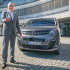 Opel-Deutschland-Chef Andreas Marx und der Opel Vivaro-e, Van of the Year 2021