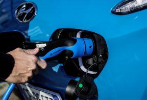 Noleggio di Nuova Kona Electric che entra in Hyundai Renting