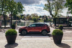 Guida semplificata con i sistemi di assistenza di Opel Grandland X Hybrid4