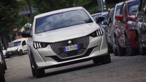 Il pilota Andrea Nucita guida la Peugeot e-208 per le strade di Milano