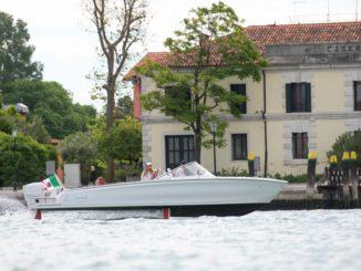 La barca elettrica Candela C-7 vola sui canali di Venezia