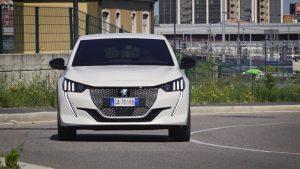 Il bello di viaggiare con una Peugeot e-208 a trazione elettrica